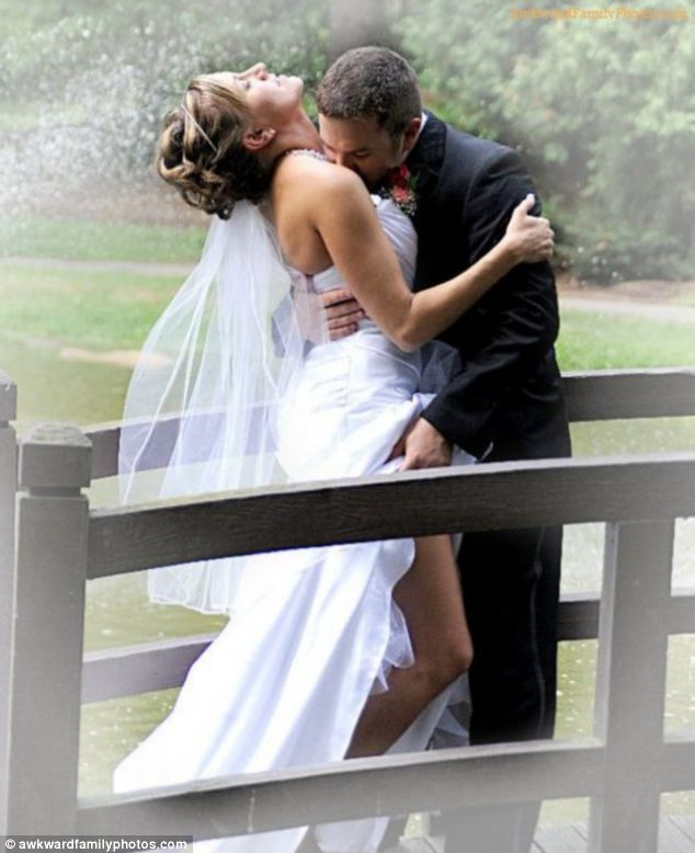 10 awkward wedding kiss photos captured junglespirit Image collections