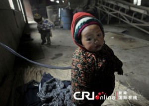 (x)zhejiang-china-brick-workers-tie-up-their-children-01