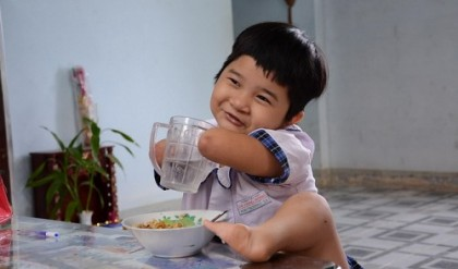 A Life Full of Smile : Nguyen Hoai Thuong, 7 y.o.,Vietnamese girl with no arms or legs